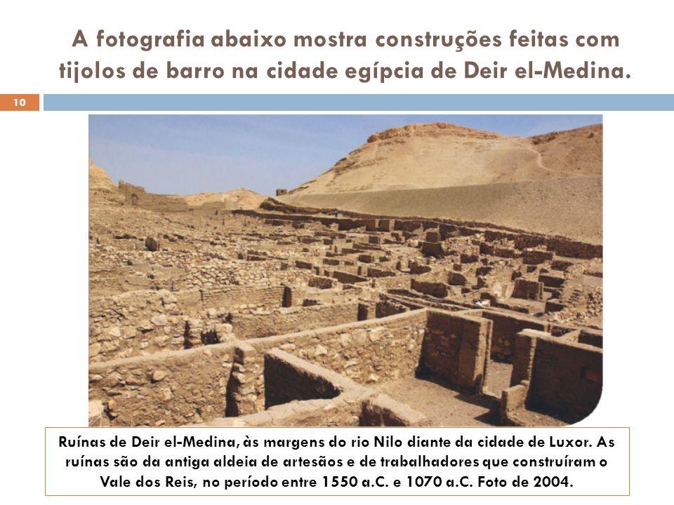 A fotografia abaixo mostra construções feitas com tijolos de barro na cidade egípcia de Deir el-Medina.