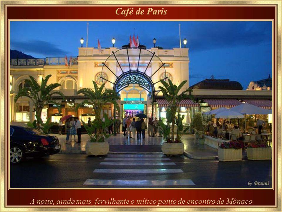 À noite, ainda mais fervilhante o mítico ponto de encontro de Mônaco