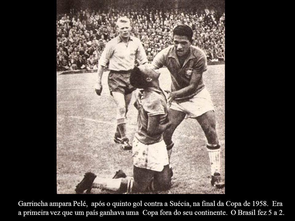 Garrincha ampara Pelé, após o quinto gol contra a Suécia, na final da Copa de 1958.