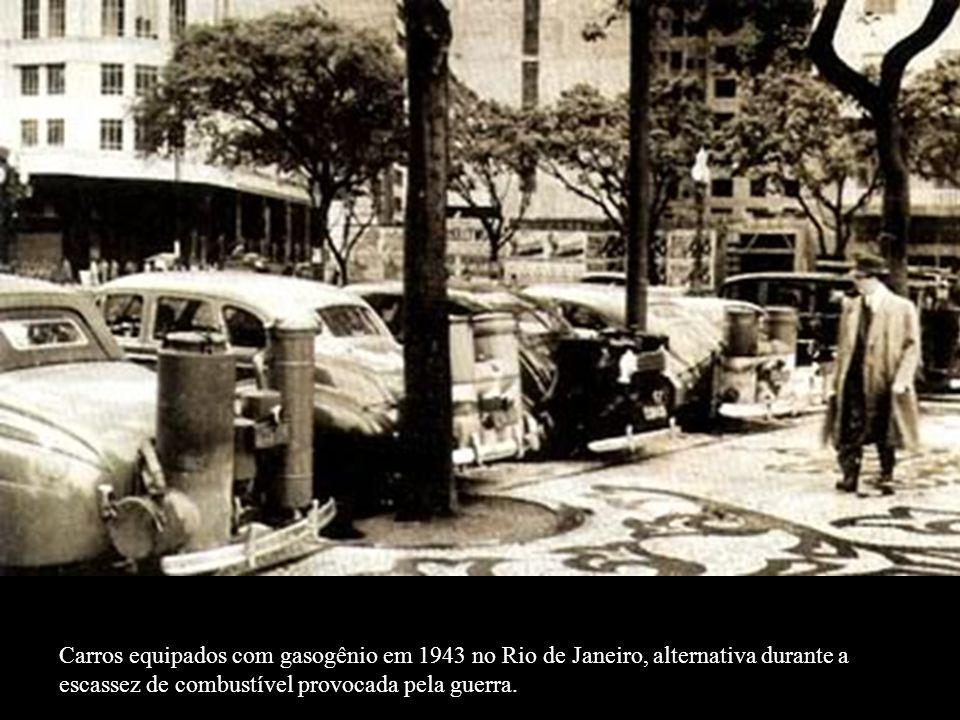 Carros equipados com gasogênio em 1943 no Rio de Janeiro, alternativa durante a escassez de combustível provocada pela guerra.