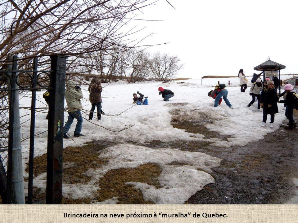 Brincadeira na neve próximo à muralha de Quebec.