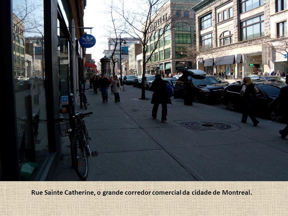 Rue Sainte Catherine, o grande corredor comercial da cidade de Montreal.