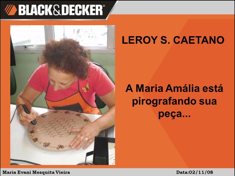 A Maria Amália está pirografando sua peça...
