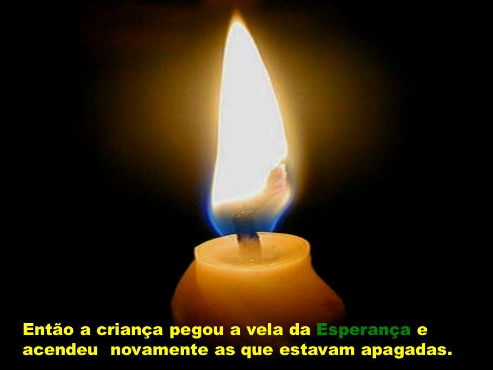 Então a criança pegou a vela da Esperança e acendeu novamente as que estavam apagadas.