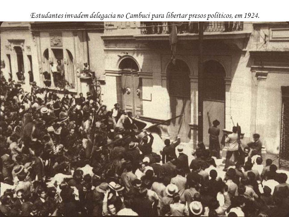 Estudantes invadem delegacia no Cambuci para libertar presos políticos, em 1924.