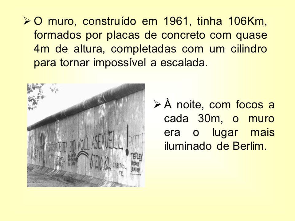 O muro, construído em 1961, tinha 106Km, formados por placas de concreto com quase 4m de altura, completadas com um cilindro para tornar impossível a escalada.