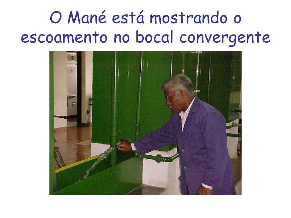 O Mané está mostrando o escoamento no bocal convergente