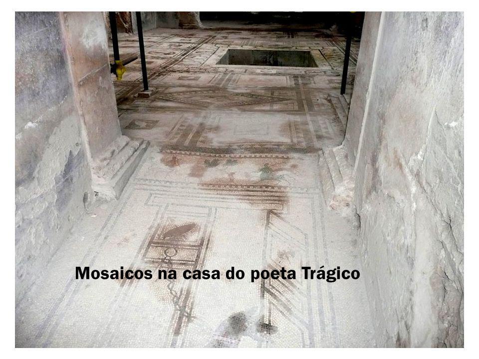 Mosaicos na casa do poeta Trágico
