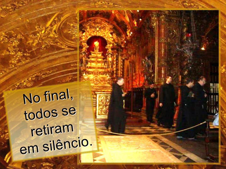 No final, todos se retiram em silêncio.