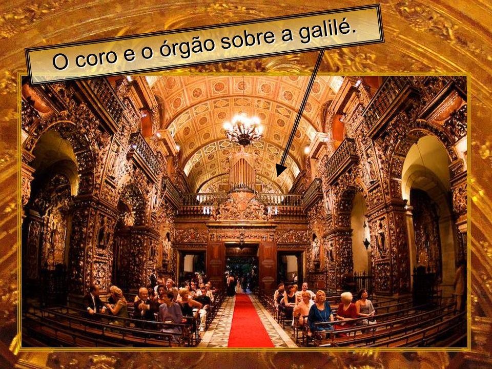 O coro e o órgão sobre a galilé.