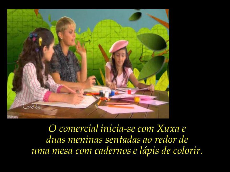 O comercial inicia-se com Xuxa e duas meninas sentadas ao redor de