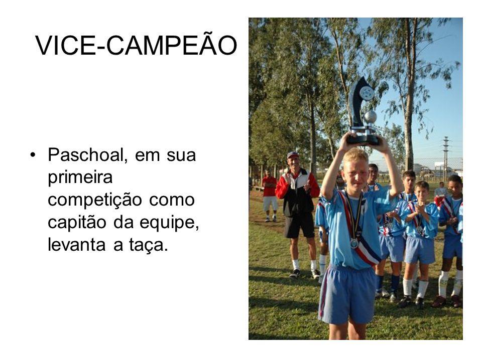 VICE-CAMPEÃO Paschoal, em sua primeira competição como capitão da equipe, levanta a taça.