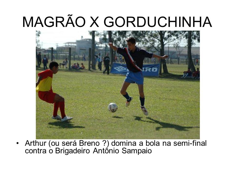 MAGRÃO X GORDUCHINHA Arthur (ou será Breno ) domina a bola na semi-final contra o Brigadeiro Antônio Sampaio.