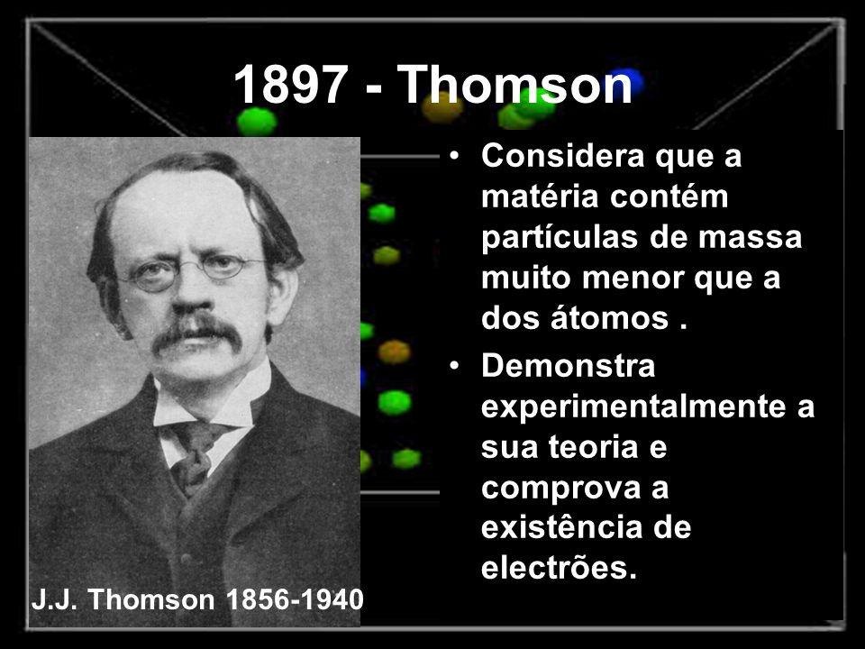 1897 - Thomson Considera que a matéria contém partículas de massa muito menor que a dos átomos .
