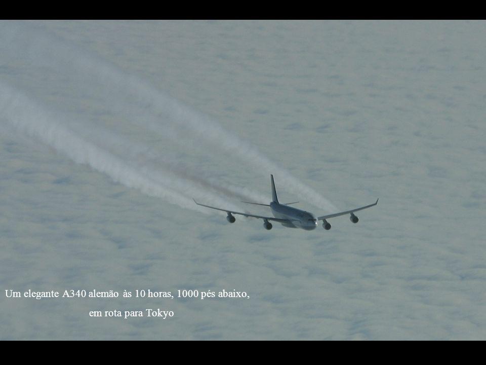 Um elegante A340 alemão às 10 horas, 1000 pés abaixo,