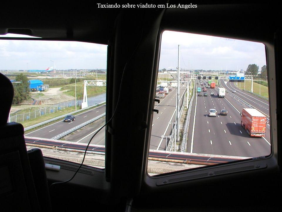 Taxiando sobre viaduto em Los Angeles
