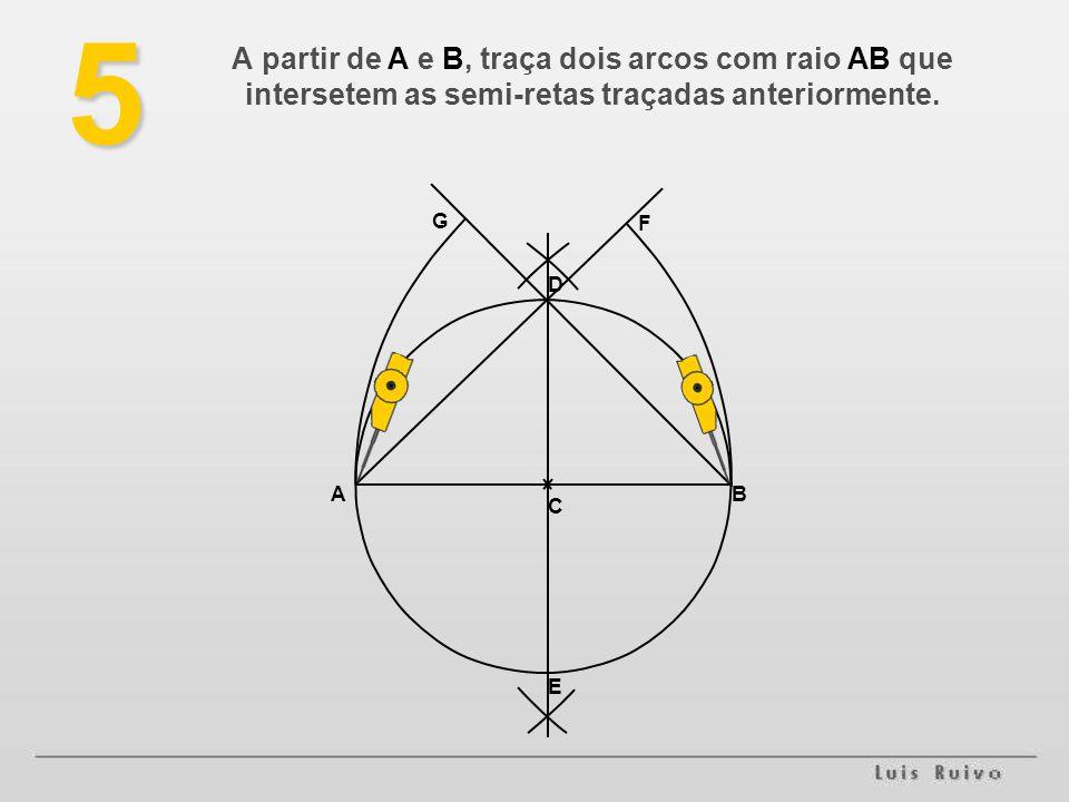 5 A partir de A e B, traça dois arcos com raio AB que intersetem as semi-retas traçadas anteriormente.