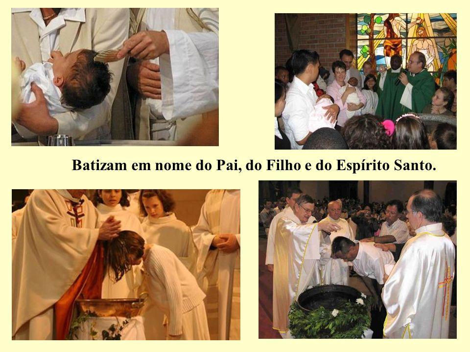 Batizam em nome do Pai, do Filho e do Espírito Santo.