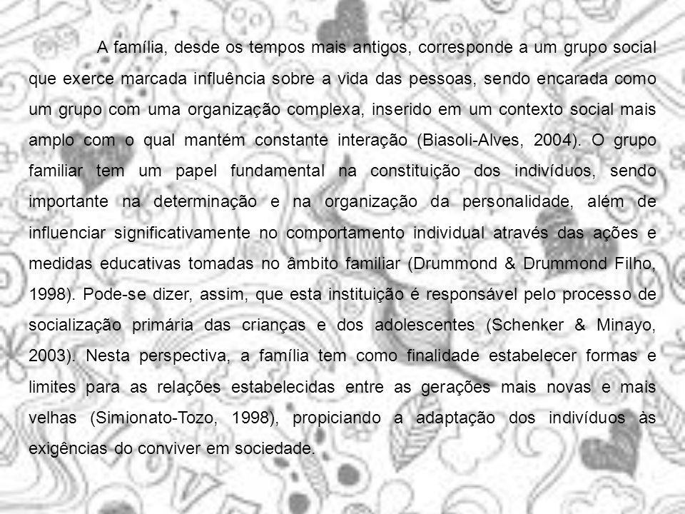 A família, desde os tempos mais antigos, corresponde a um grupo social que exerce marcada influência sobre a vida das pessoas, sendo encarada como um grupo com uma organização complexa, inserido em um contexto social mais amplo com o qual mantém constante interação (Biasoli-Alves, 2004).