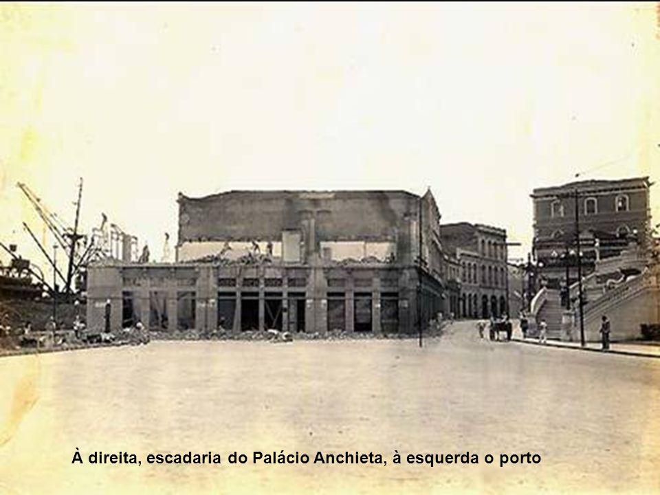 À direita, escadaria do Palácio Anchieta, à esquerda o porto