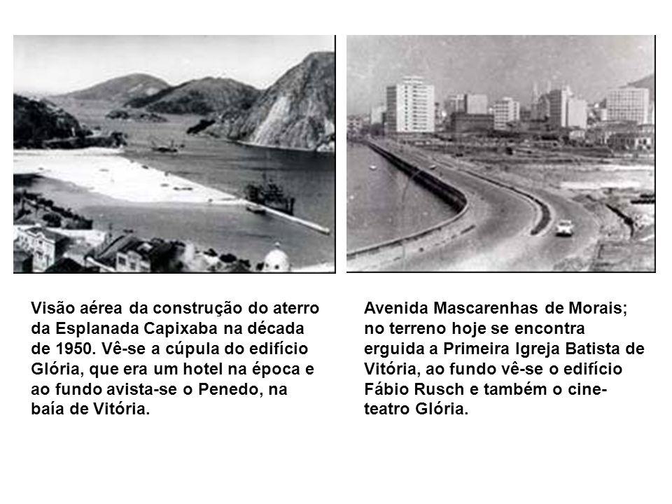 Visão aérea da construção do aterro da Esplanada Capixaba na década de 1950. Vê-se a cúpula do edifício Glória, que era um hotel na época e ao fundo avista-se o Penedo, na baía de Vitória.