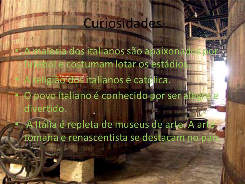 Curiosidades A maioria dos italianos são apaixonados por futebol e costumam lotar os estádios. A religião dos italianos é católica.