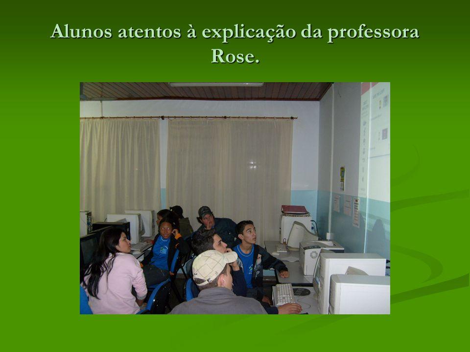 Alunos atentos à explicação da professora Rose.