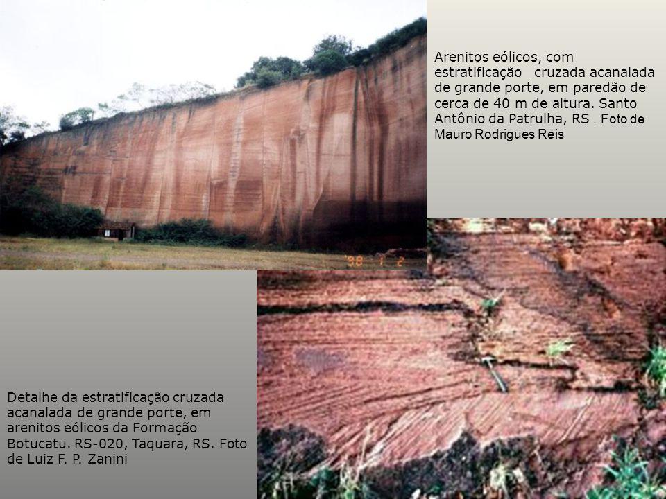 Arenitos eólicos, com estratificação cruzada acanalada de grande porte, em paredão de cerca de 40 m de altura. Santo Antônio da Patrulha, RS . Foto de Mauro Rodrigues Reis