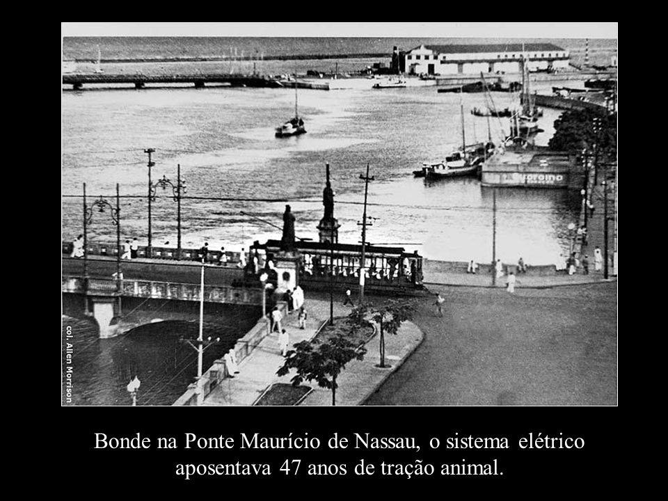 Bonde na Ponte Maurício de Nassau, o sistema elétrico aposentava 47 anos de tração animal.