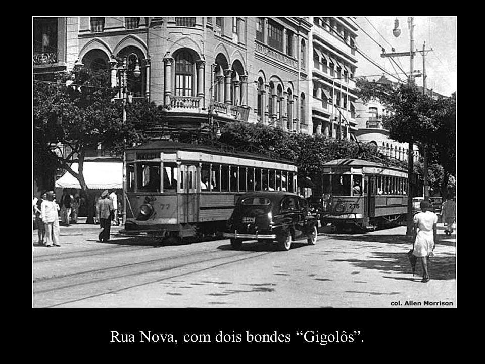 Rua Nova, com dois bondes Gigolôs .