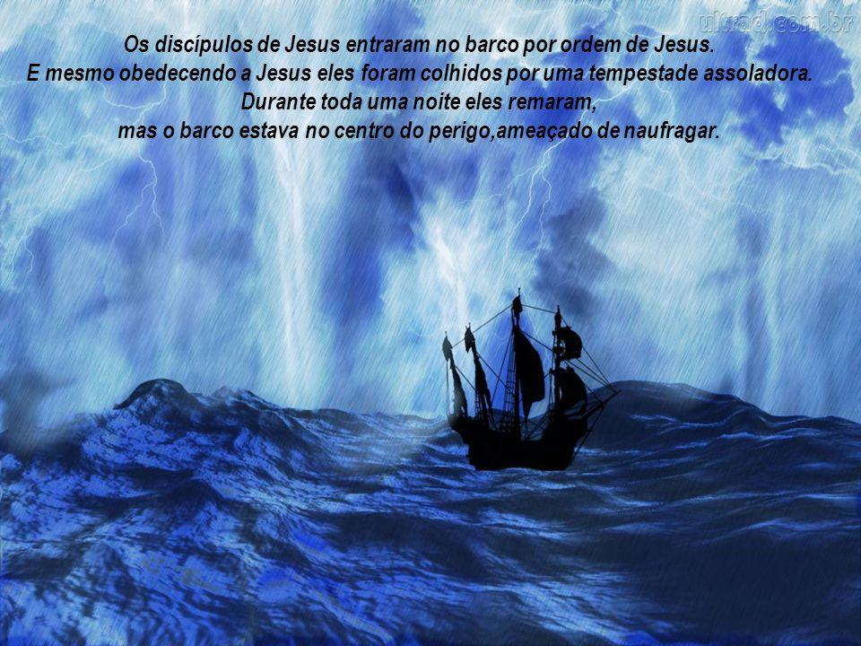 Os discípulos de Jesus entraram no barco por ordem de Jesus.