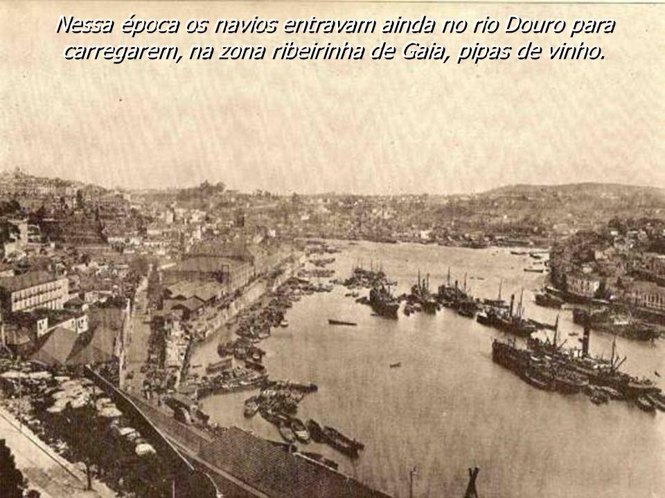 Nessa época os navios entravam ainda no rio Douro para carregarem, na zona ribeirinha de Gaia, pipas de vinho.