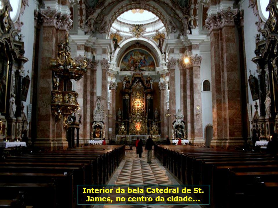 Interior da bela Catedral de St. James, no centro da cidade...