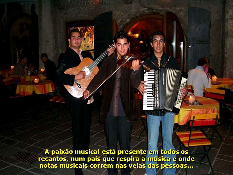 A paixão musical está presente em todos os recantos, num país que respira a música e onde notas musicais correm nas veias das pessoas...