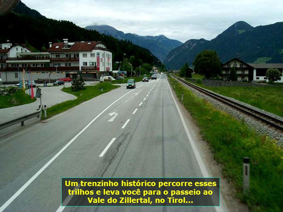 Um trenzinho histórico percorre esses trilhos e leva você para o passeio ao Vale do Zillertal, no Tirol...