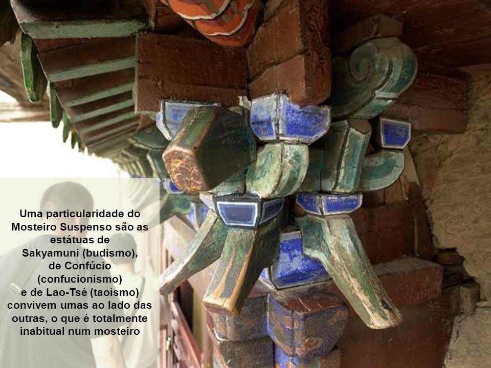 Uma particularidade do Mosteiro Suspenso são as estátuas de
