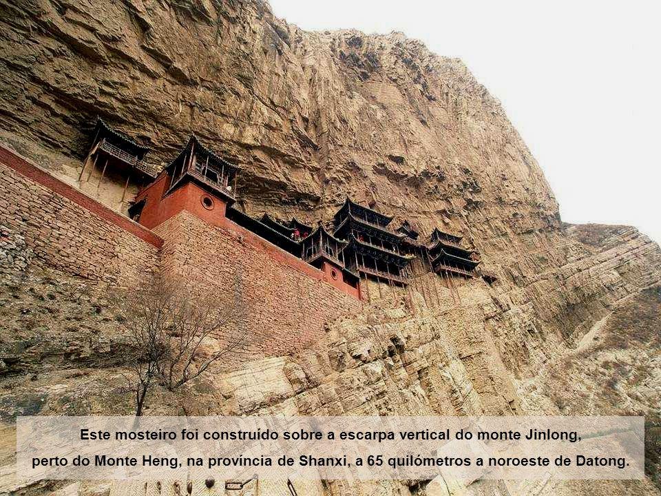 Este mosteiro foi construído sobre a escarpa vertical do monte Jinlong,