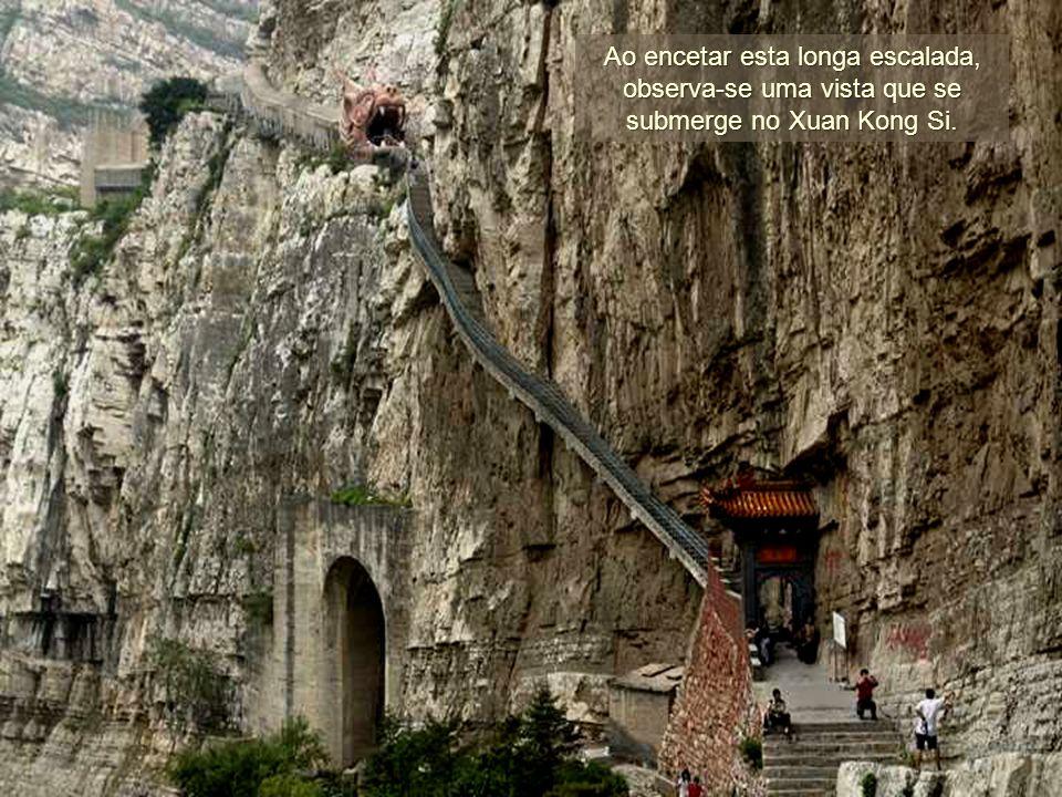 Ao encetar esta longa escalada, observa-se uma vista que se submerge no Xuan Kong Si.