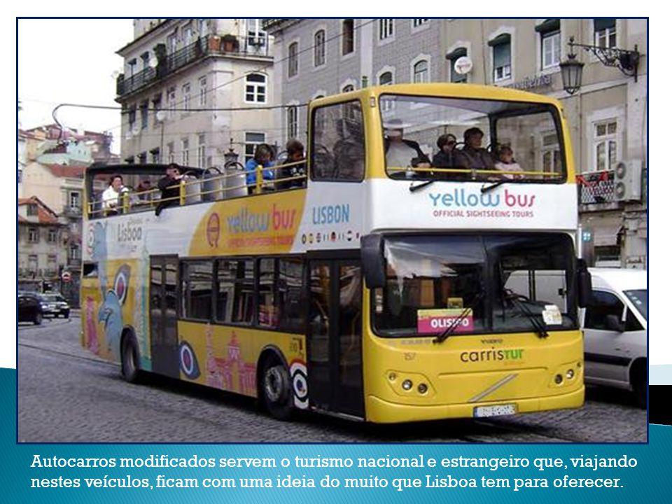 Autocarros modificados servem o turismo nacional e estrangeiro que, viajando nestes veículos, ficam com uma ideia do muito que Lisboa tem para oferecer.
