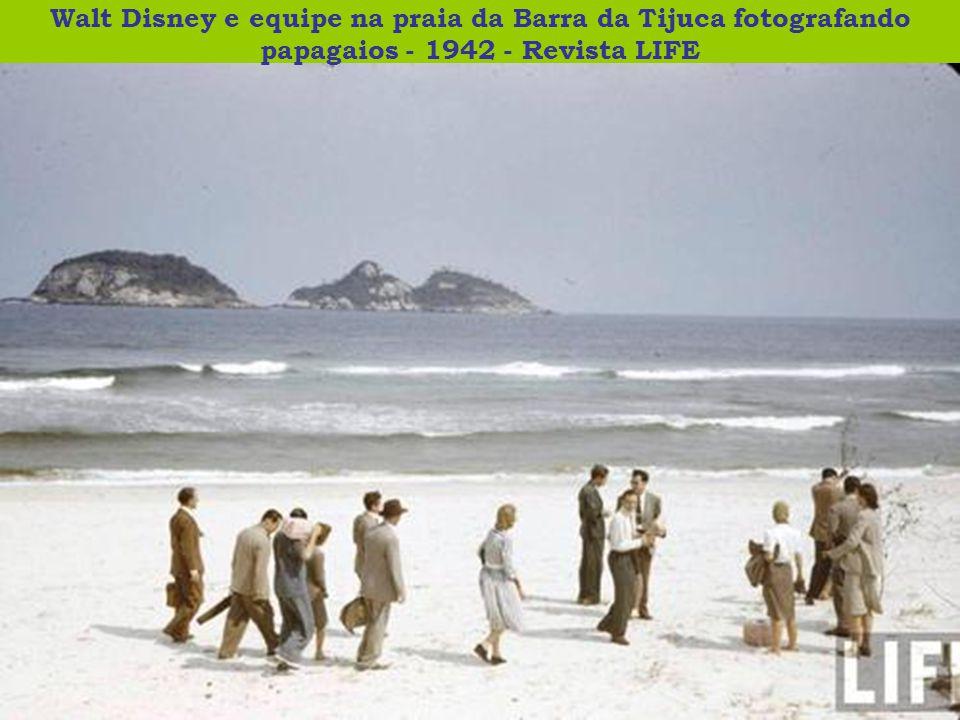 Walt Disney e equipe na praia da Barra da Tijuca fotografando papagaios - 1942 - Revista LIFE