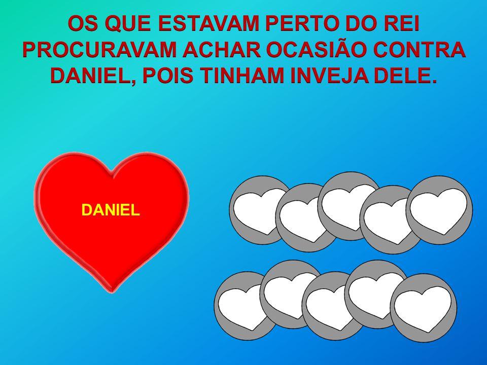 OS QUE ESTAVAM PERTO DO REI PROCURAVAM ACHAR OCASIÃO CONTRA DANIEL, POIS TINHAM INVEJA DELE.