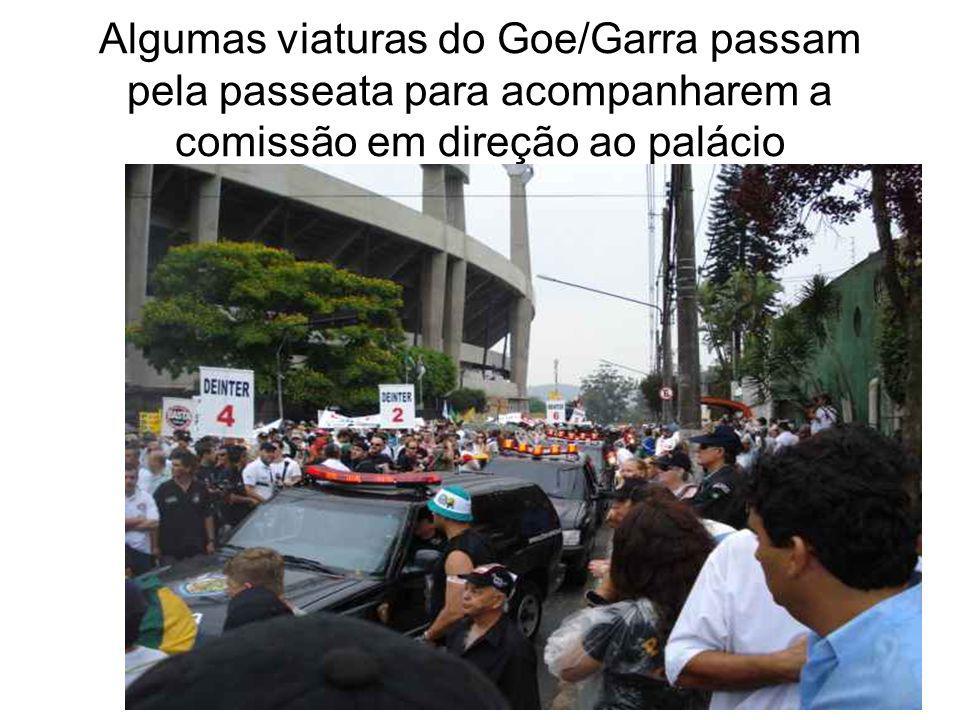 Algumas viaturas do Goe/Garra passam pela passeata para acompanharem a comissão em direção ao palácio