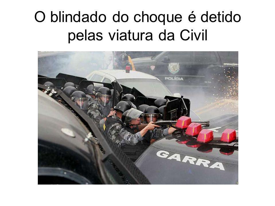 O blindado do choque é detido pelas viatura da Civil