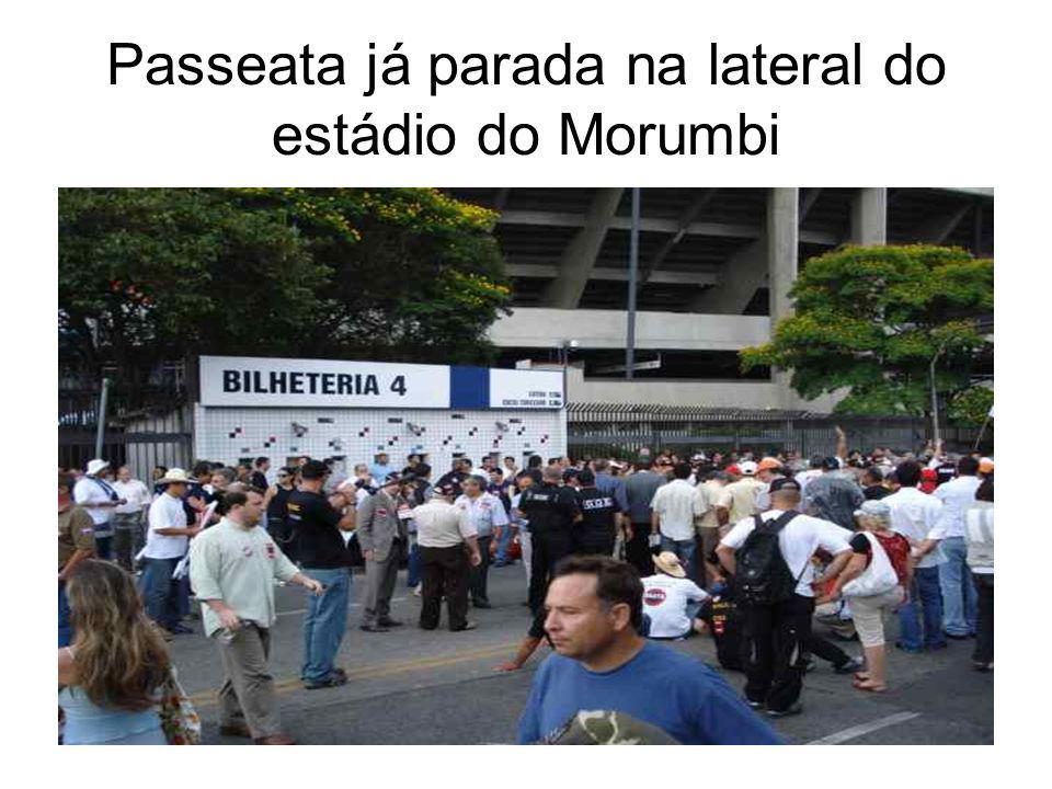 Passeata já parada na lateral do estádio do Morumbi