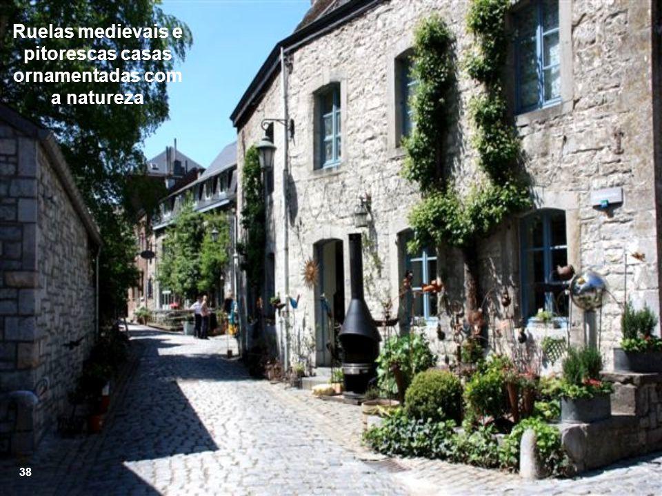 Ruelas medievais e pitorescas casas ornamentadas com a natureza