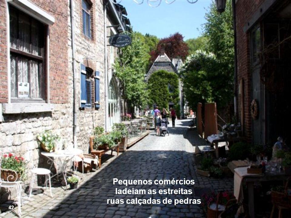Pequenos comércios ladeiam as estreitas ruas calçadas de pedras