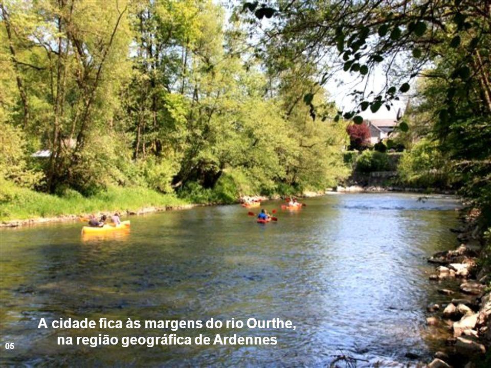 A cidade fica às margens do rio Ourthe, na região geográfica de Ardennes