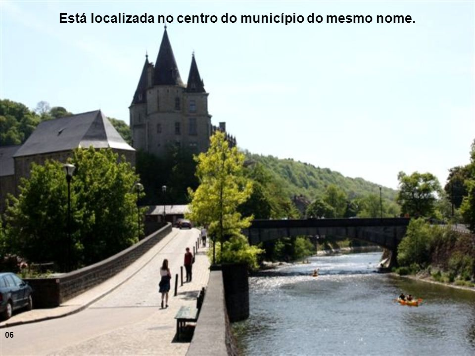 Está localizada no centro do município do mesmo nome.