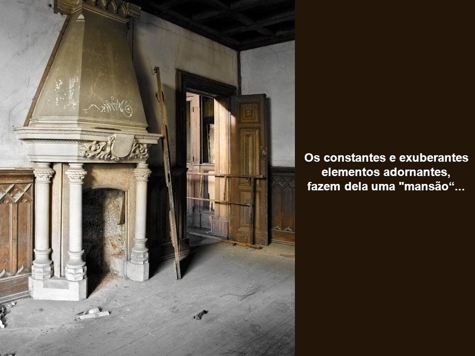Os constantes e exuberantes elementos adornantes, fazem dela uma mansão ...