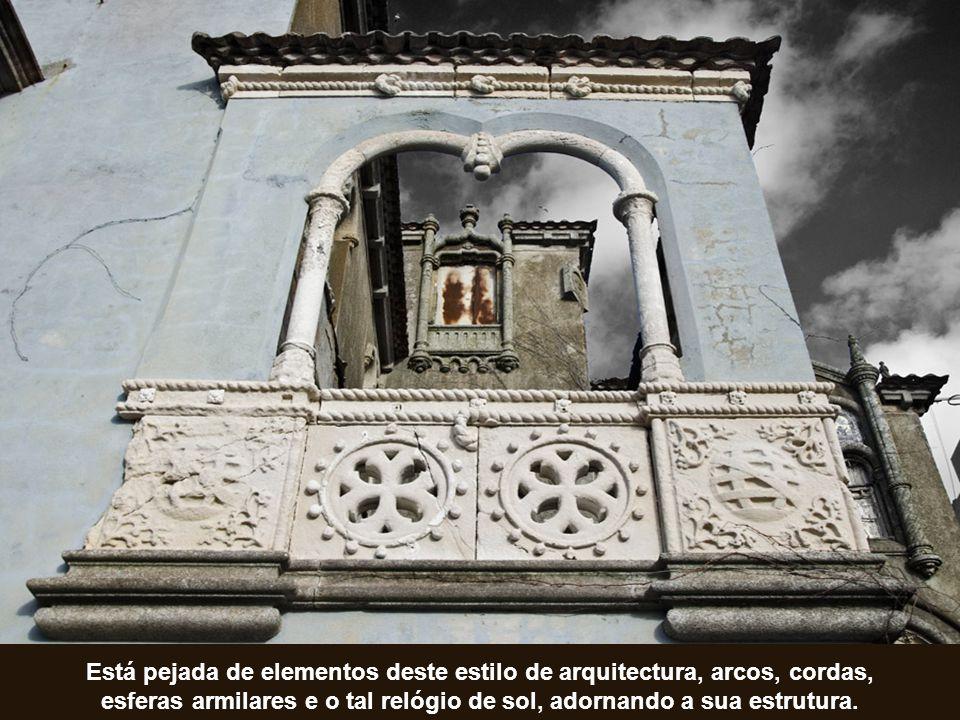 Está pejada de elementos deste estilo de arquitectura, arcos, cordas, esferas armilares e o tal relógio de sol, adornando a sua estrutura.